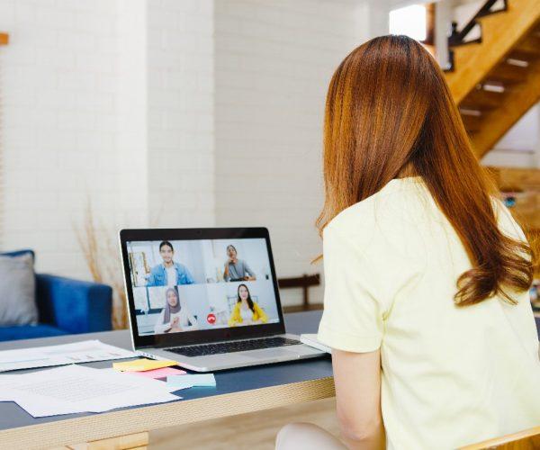 Biuro w małym pokoju – jak urządzić home office w minimalistycznym salonie?