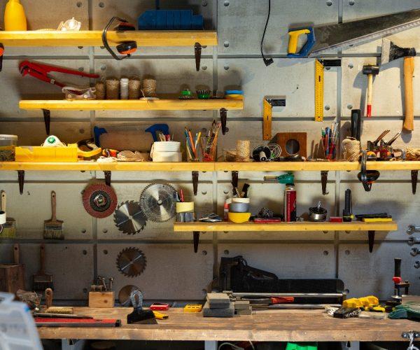 Wyposażenie przydomowego warsztatu – co warto mieć?