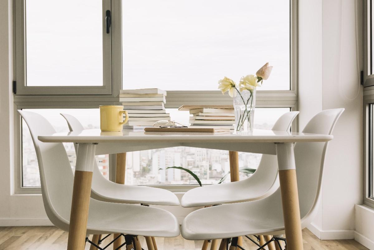 Stół i krzesła w salonie – jak zaaranżować?
